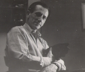 W domu na Morszyńskiej z ukochanym kotem Felkiem (1956)