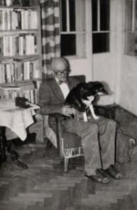 W domu na Dąbrówki z ukochaną suką Fifą (1990)